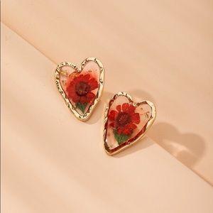 3/$30 💛 Dried Flower Heart Stud Earrings